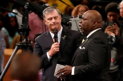 Dallas Mayor Mike Rawlings and Pastor T. D. Jakes pray at The Potter's House during the church's Sunday service. (Carlo Allegri/Reuters)