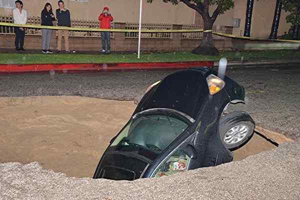 car-sinkhole.jpg